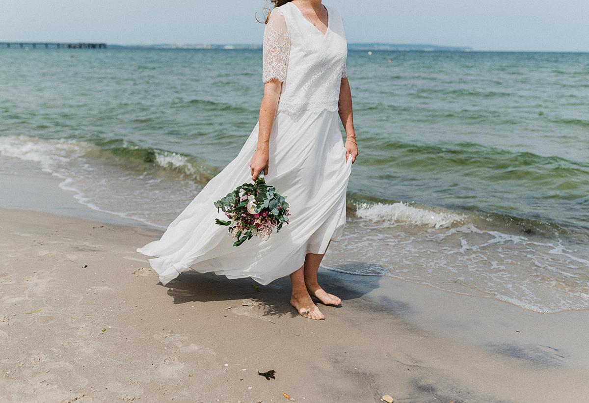 Eure Fotografin für Hochzeiten im Rettungsturm Binz auf Rügen - Brautpaarshooting auf einem Boot auf der Ostsee