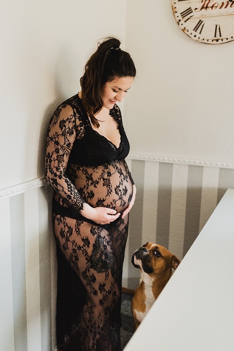 Babybauchshooting in Stralsund - natürliche Babybauchfotos bei euch zu Hause in Greifswald - Fotografin auf Rügen, Usedom und dem Darß