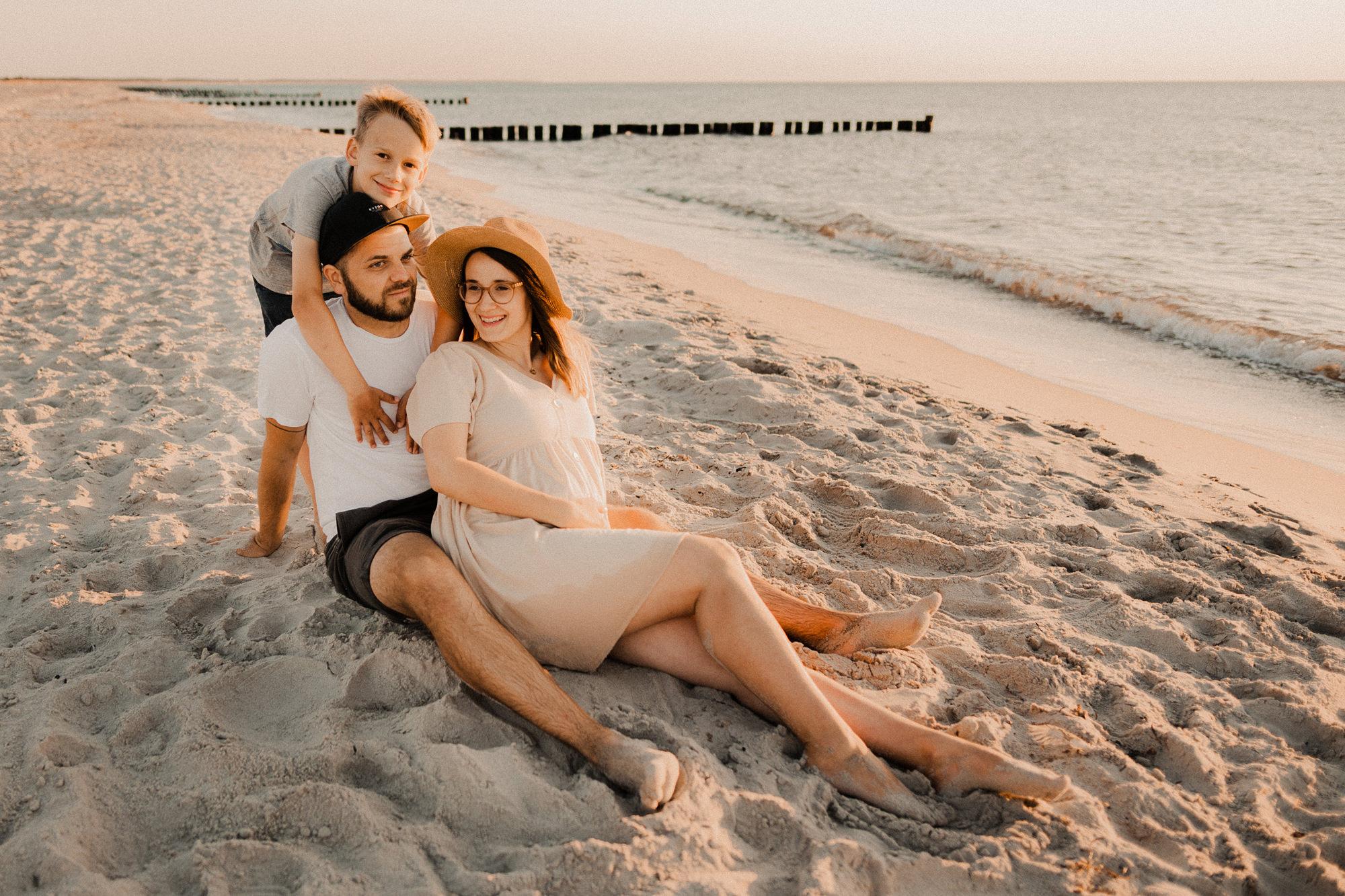 Paarfotos mit Babybauch in Wustrow - Fotograf Babybauch Ostsee - Familienfotografie Ahrenshoop - Familienshooting in Graal Müritz an der Ostsee