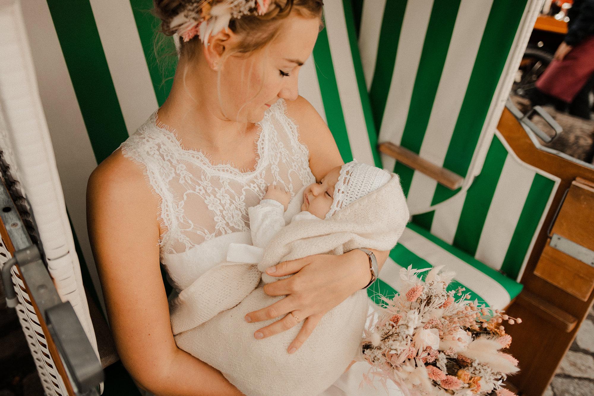 Braut mit Baby - Stralsund - Hochzeitsfotos mit Baby - Rügen - Hochzeitsfotograf - Rügen - Ostsee - Strand