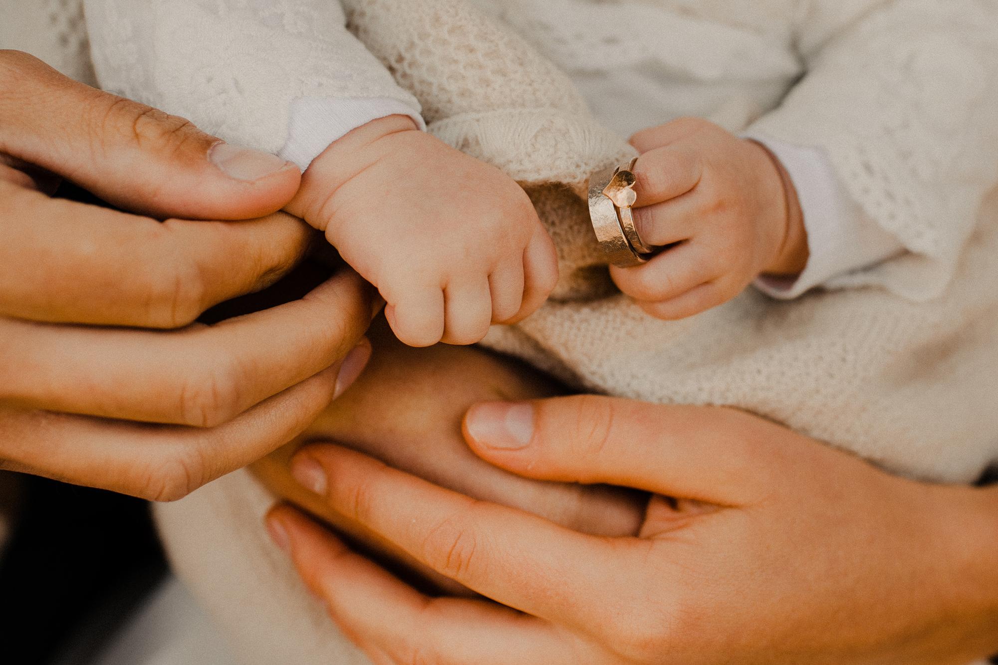 Ringfoto - Hochzeit - Rügen - Ostsee - Hochzeitsfotograf - Elopement - Hände - Ringe - Babyhände