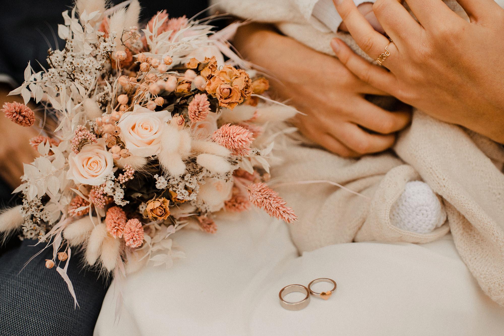 Ringfoto - Hochzeit - Rügen - Ostsee - Trockenblumen -Brautstrauß - Blumenanstecker - Brautstyling - Brautoutfit - Hochzeitsinspiration